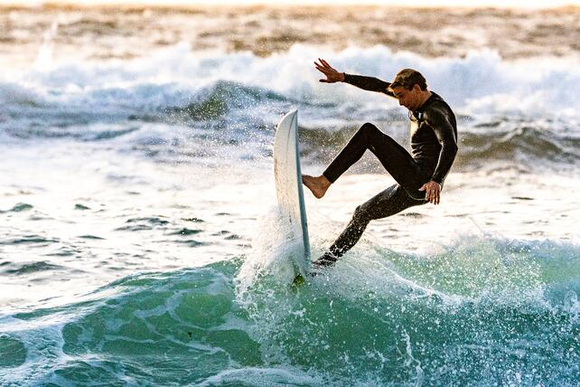 surfer-performing-tricks-1654498